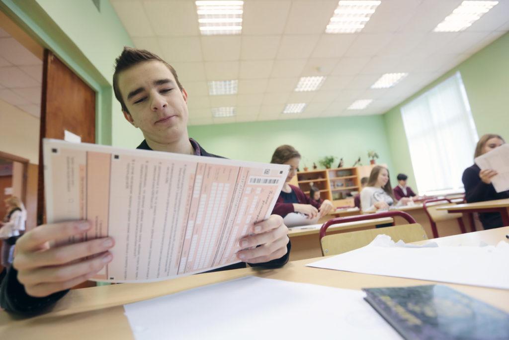 Ученик 11 класса Степан Назаров во время пробного единого государственного экзамена по китайскому языку в школе №1517. Фото: архив, «Вечерняя Москва»