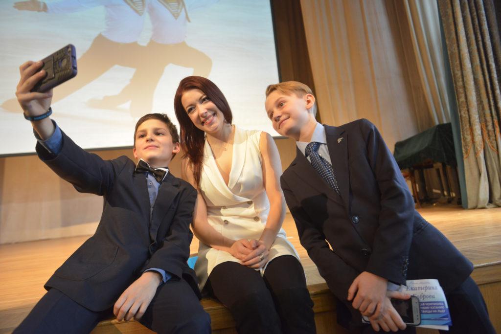Ученики 5 «Г» класса школы № 1239 задавали интересные вопросы и просто не могли не сфотографироваться с олимпийской чемпионкой Екатериной Бобровой (в центре). Фото: Наталья Феоктистова