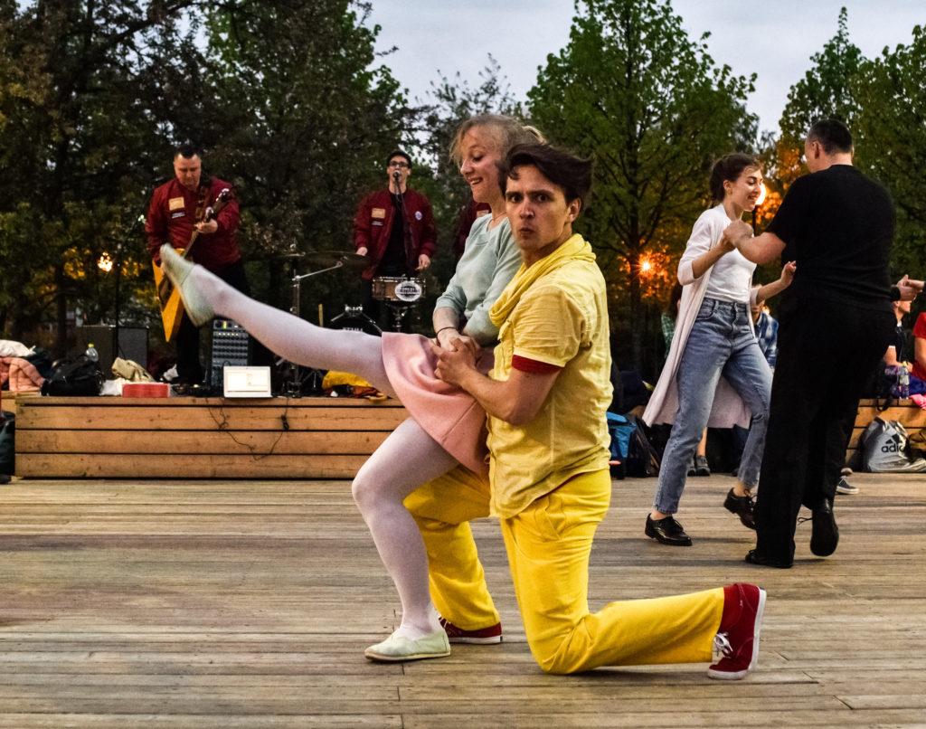 Танцоры Елена Судакова и Иван Никулин буги-вуги уделяют почти все свободное время. Они считают, что открытие танцевального сезона в Парке Горького — мероприятие, которое нельзя пропустить. Фото: Ирина Хлебникова