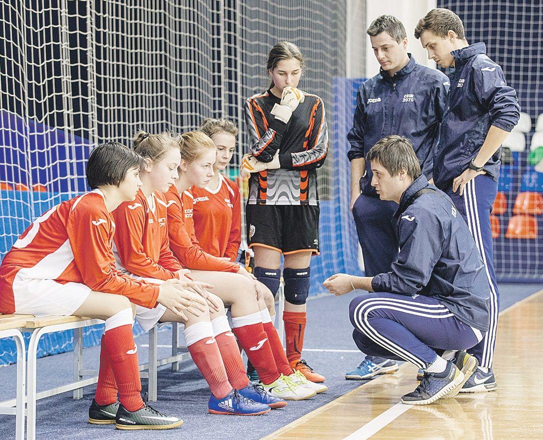 20 февраля 11:00 Участницы финала школьной спортивной лиги по мини-футболу готовятся к соревнованиям. Фото: архив, «Вечерняя Москва»
