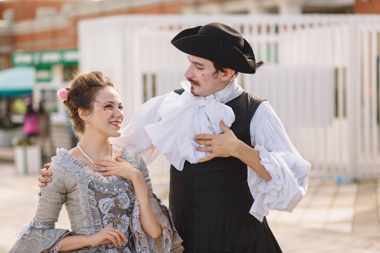 Участники лаборатории барочного танца «Амараллис» на фестивале в Царицыне в костюмах эпохи барокко демонстируют мастерство жестикуляции. Фото: Оксана Крученко, «Вечерняя Москва»