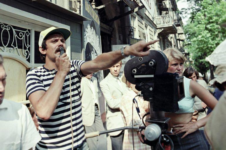 1 июня 1976 года. Российский режиссер Никита Михалков (слева) дает распоряжения на съемочной площадке своего фильма «Раба любви» Фото: Пашвыкин / РИА Новости
