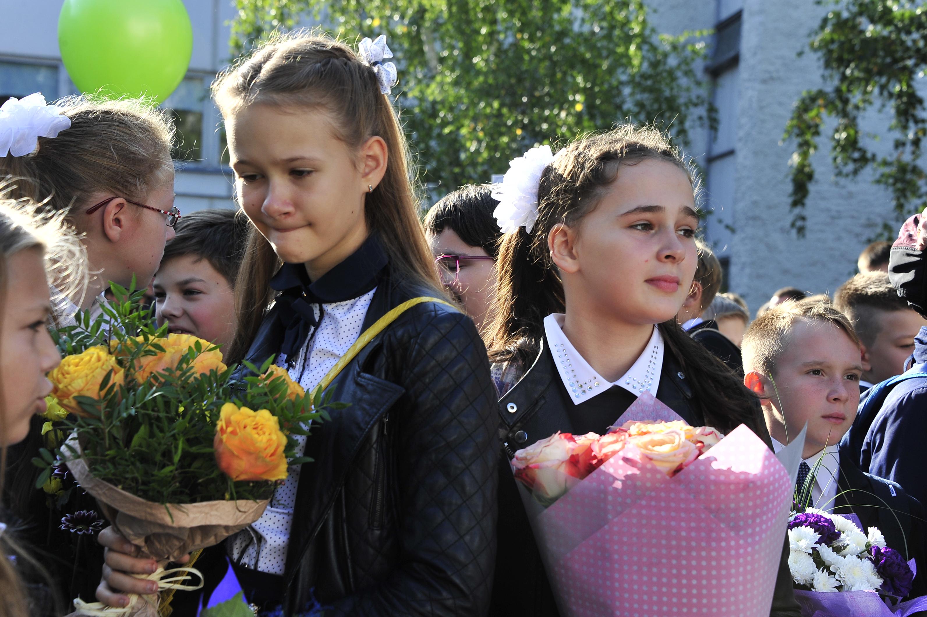 1 сентября 2017 года. Вероника Белоусова и Маша Самойлова на торжественной линейке в гимназии № 1158. Фото: Пелагия Замятина