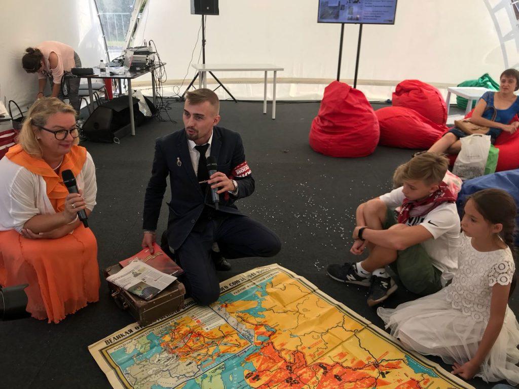 Учителя московских школ Ирина Кудряшова (слева) и Станислав Лавров провели открытый урок для гостей Фестиваля прессы. Фото: Ирина Сидорова