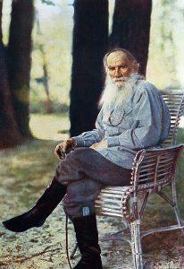 Единственный цветной фотопортрет Льва Толстого. Ясная Поляна, 1908 год. Писатель запечатлен в своем любимом облике: просторная рубаха, штаны и сапоги. Кстати, Толстой при желании мог сам сшить обувь и себе, и друзьям. Фото: ТАСС