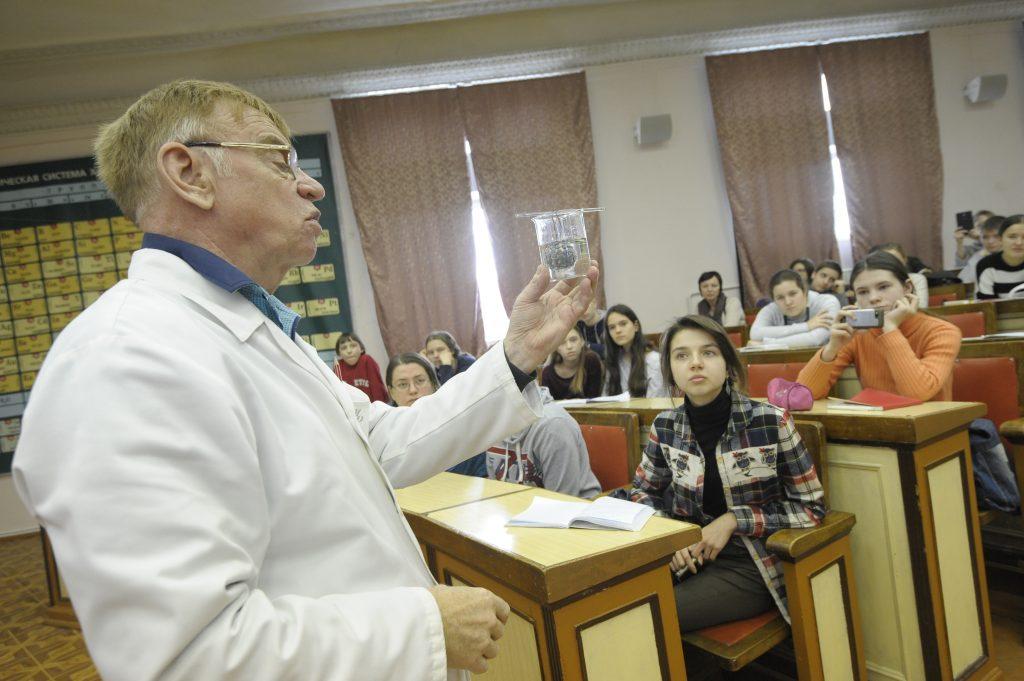 Кандидат химических наук Михаил Рябов показывает опыты слушателям проекта «Университетские субботы». Фото: Пелагия Замятина