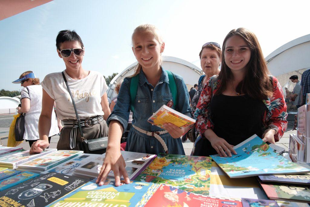 Школьники знают, что читать - это здорово. Фото: Максим Аносов