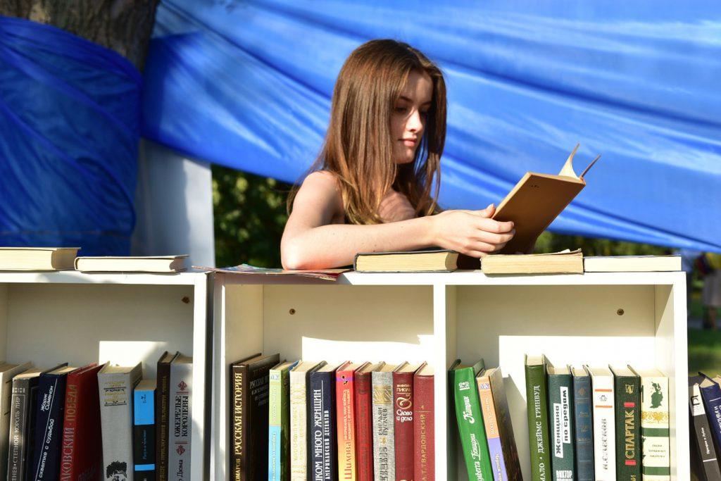 Молодежь и сейчас выбирает книги. Фото: Пелагия Замятина