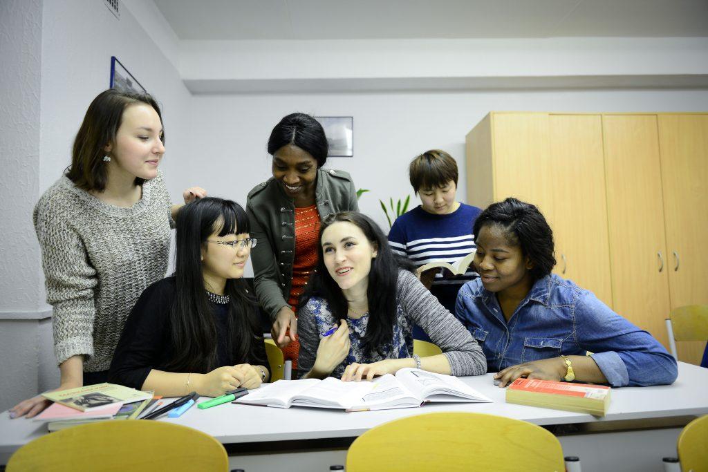 Знание нескольких иностранных языков — важный навык для будущих студентов. Фото: Наталья Феоктистова
