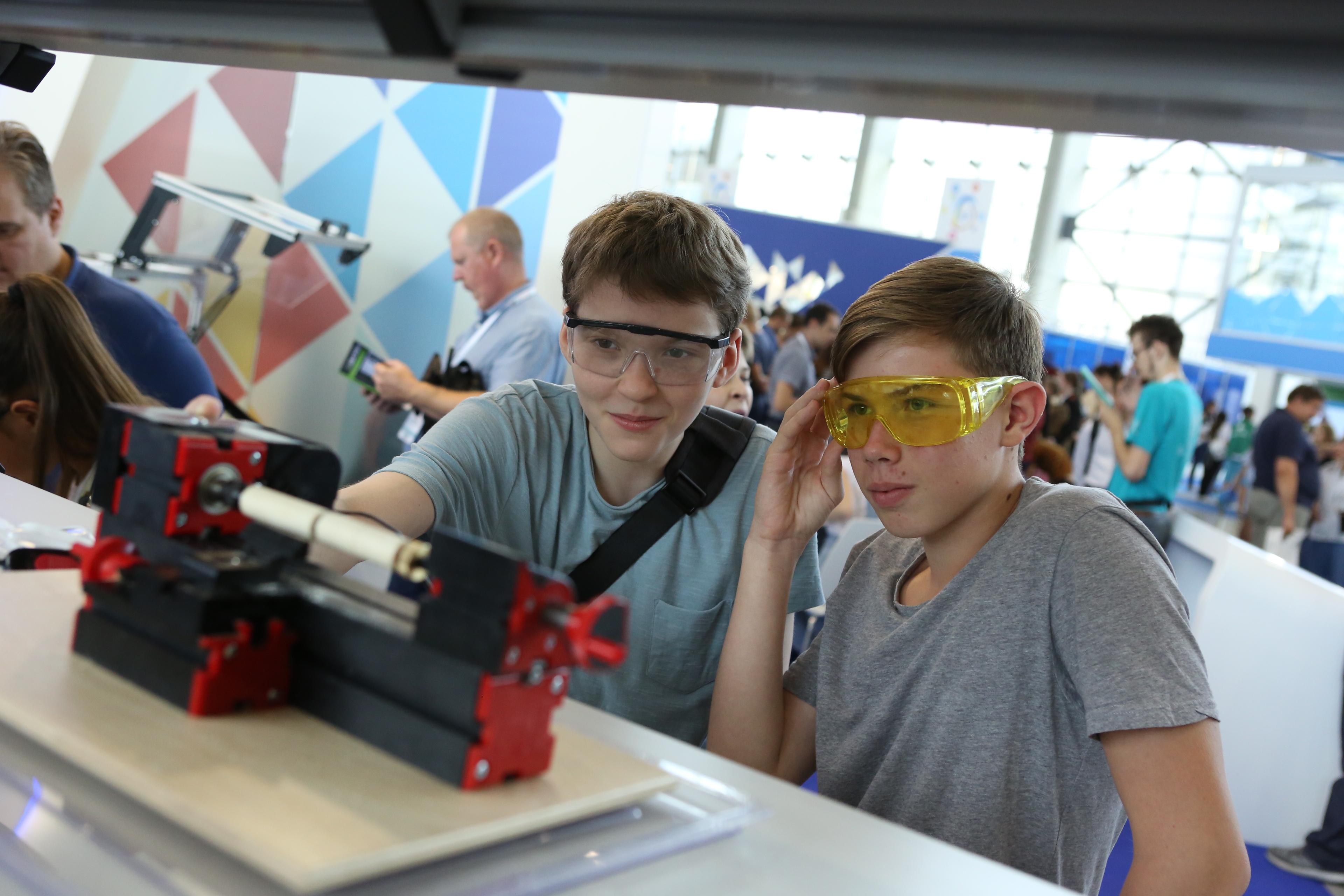 Московские школьники 14-17 лет могут пройти подготовку по 25 направлениям в 14 детских технопарках. Фото: Алексей Орлов