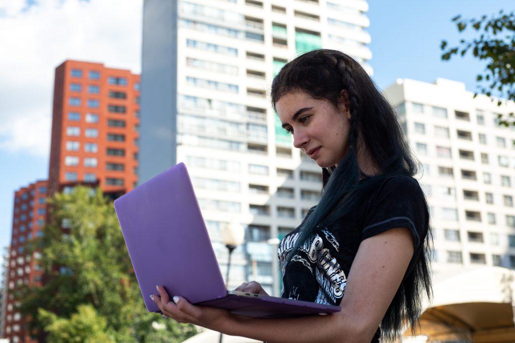 Елизавета Нагаева с ноутбуком не расстается. Фото: Ирина Хлебникова