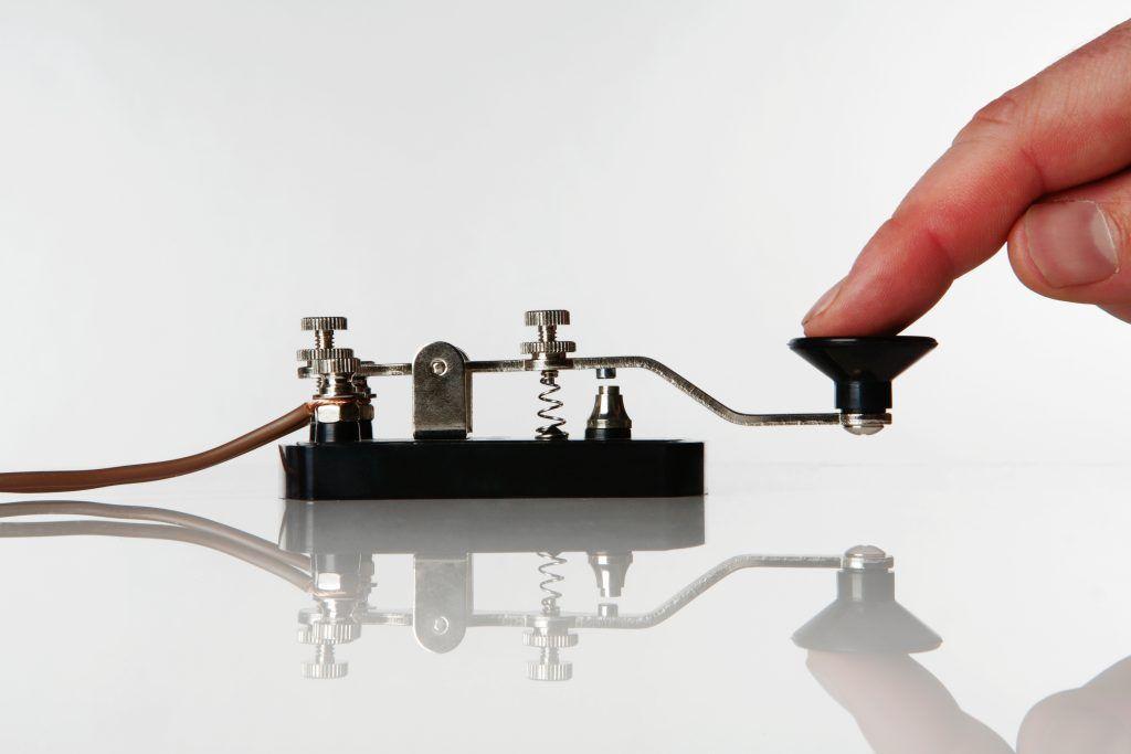 Телеграфный ключ — устройство для передачи знаков азбуки Морзе. Фото: Shutterstock
