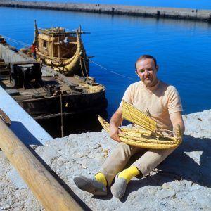 Юрий Сенкевич с макетом папирусной лодки. Фото: РИА Новости