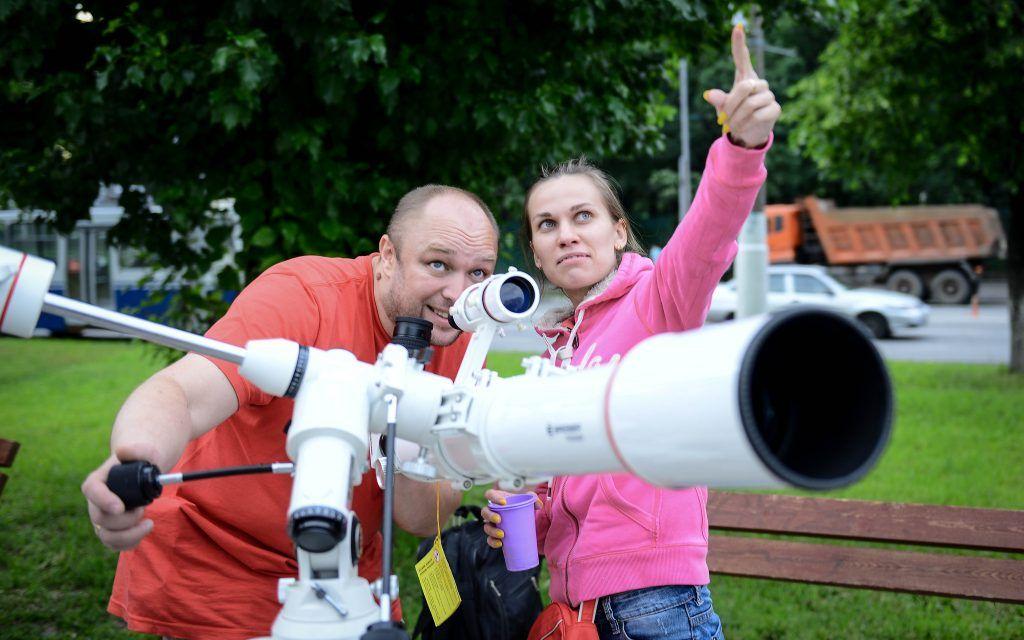 Астрономы-любители наблюдают за Луной в телескоп на Нахимовском проспекте. Фото: Наталья Феокстистова, «Вечерняя Москва»