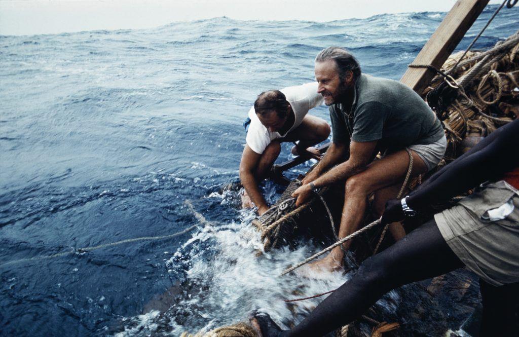 Тур Хейердал (справа) с членами команды во время экспедиции на «Ра-2». Фото: экспонат музея «Кон-Тики»
