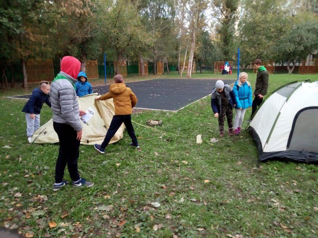 Ребята ставили палатку прямо на школьном дворе. Фото: предоставлено клубом «Дискотур»