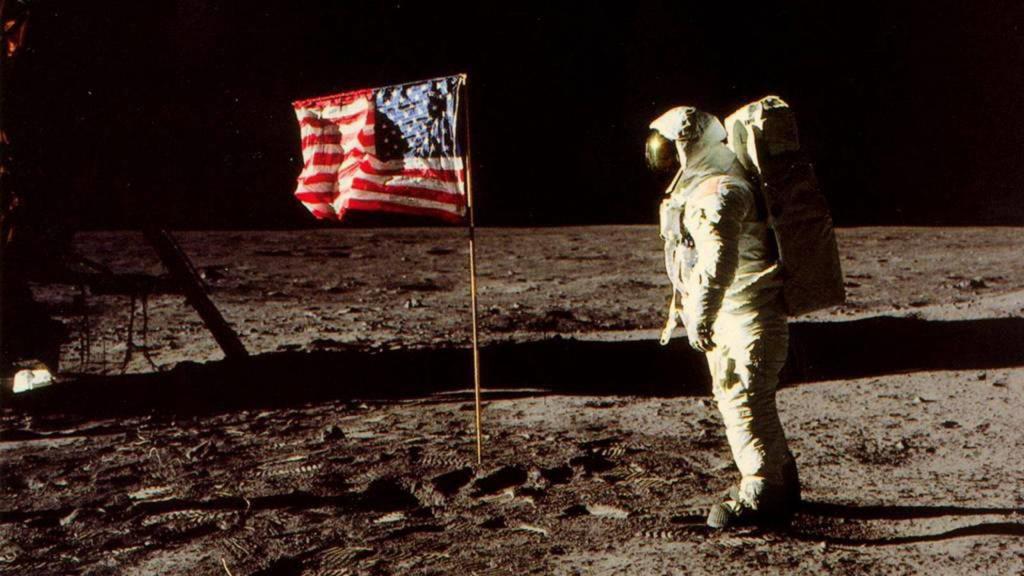 Впервые человек высадился на Луну 20 июля 1969 года