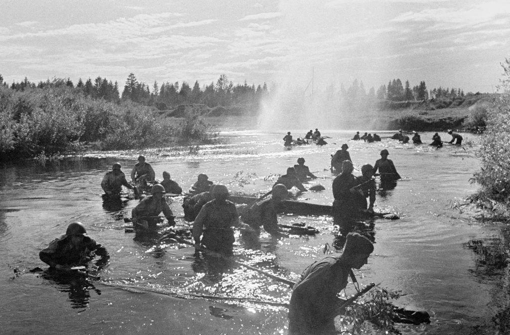 1 августа 1942 года. 8-я Гвардейская дивизия имени генерала Ивана Панфилова форсирует реку Ловать. Имя командира, геройски погибшего в бою с врагом 18 ноября 1941 года, было присвоено дивизии уже 23 ноября 1941 года. Фото: ТАСС