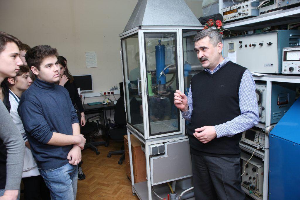 27 октября 10:40 Профессор Дмитрий Фатюхин объясняет участникам лекции, как ультразвук воздействует на жидкость. Фото: архив, «Вечерняя Москва»