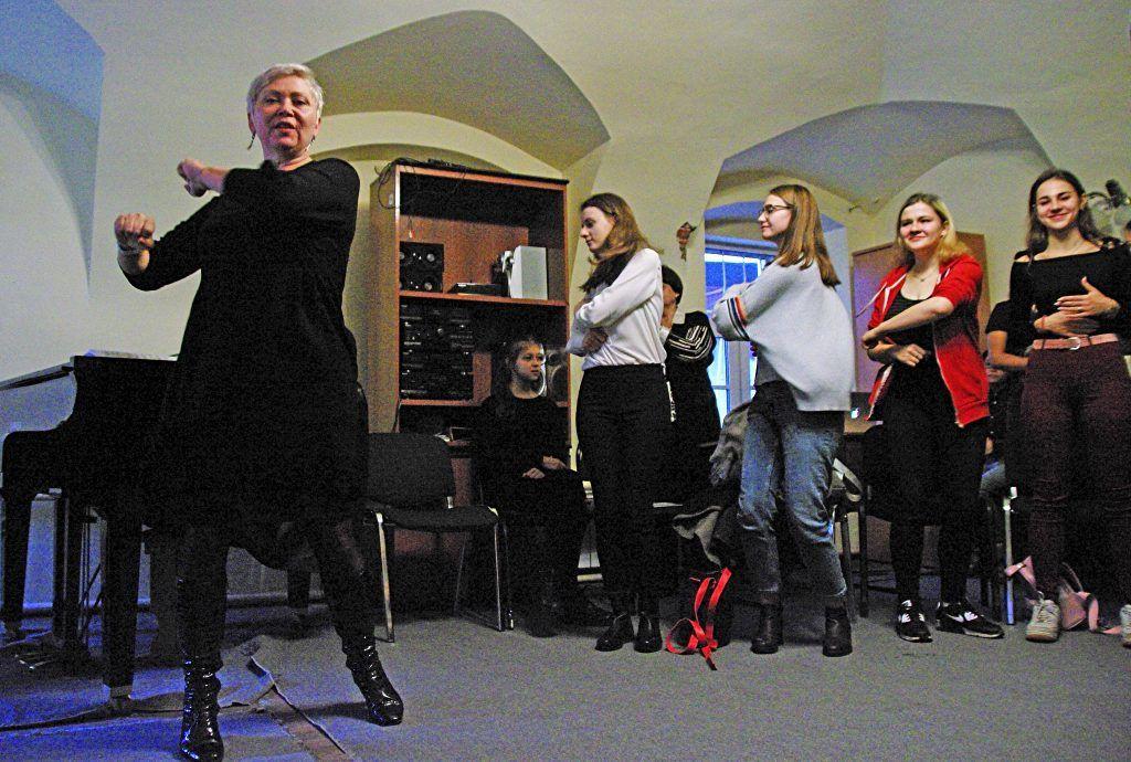 Старший преподаватель кафедры музыкальной выразительности Алена Никитина (слева) на мастер-классе показала приемы, позволяющие развить вокальные способности. Анастасия Мальцева, «Вечерняя Москва»