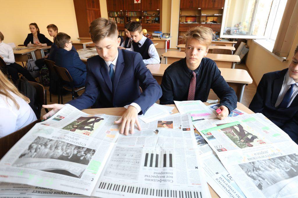 19 октября 10:55 Ученики школы № 1512 Максим Дергоусов и Алексей Бороненков (в центре, слева направо) изучают факты о БАМе, чтобы аргументированно ответить на тезисы оппонентов. Фото: Гавриил Григоров