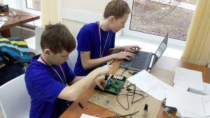 Команды школы № 904 взяли «золото» и «серебро» на Открытом корпоративном чемпионате программы JuniorMasters в компетенции «Электроника»