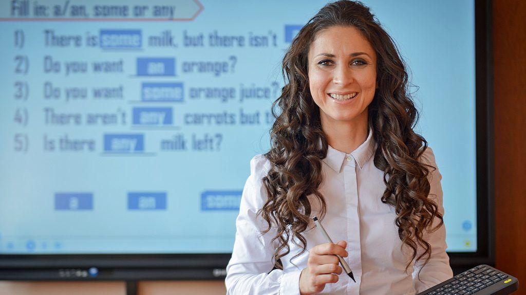 Учитель английского языка школы № 1253 Мария Тюляева демонстрирует возможности проекта «Московская электронная школа» на примере сценария урока, который она разработала сама. Процесс обучения стал более увлекательным. Наталья Феоктистова,