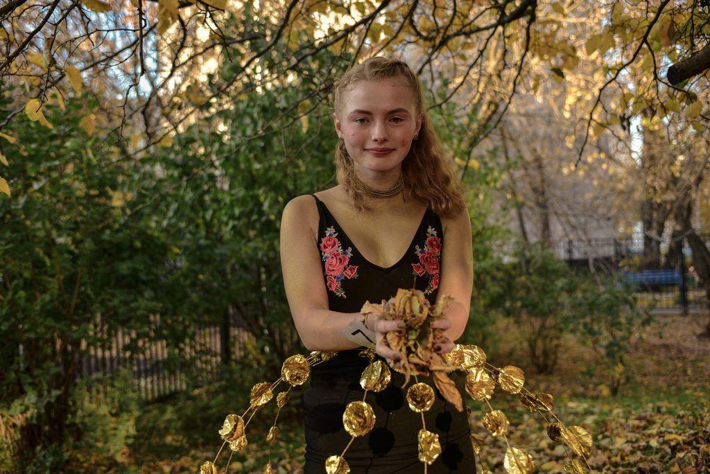 Ученица школы № 1450 «Олимп» Мария Белова демонстрирует наряд, созданный десятиклассницей и по совместительству дизайнером Анной Гаценко. В нем вполне можно пойти на школьный новогодний праздник. Пелагия Замятина, «Вечерняя Москва»