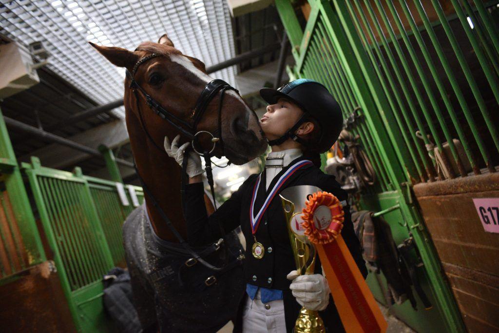 Янина Французова стала победителем соревнований в своей возрастной группе. Школьница уверена, что добиться высоких результатов помогли не только упорные тренировки, но и дружба с конем по кличке Флитц, с которым она проводит все свободное время. Пелагия Замятина, «Вечерняя Москва»