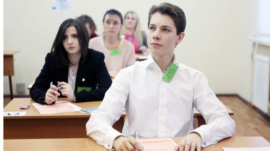 Виктор Ветеринаров, выпускник школы № 1284 на экзамене по литературе. Анна Иванцова,
