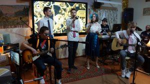 Песни в уютном формате. В школе № 904 состоялся квартирник,  посвященный юбилею рок-группы «Машина времени»