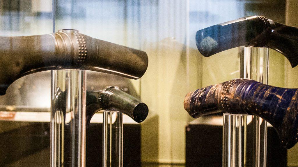 Примеры находок из различных материалов. Топоры - жадеит, нефрит, лазурит. Троя II, клад L, 2600—2300 л. до н. э. Wikipedia / Общественное достояние