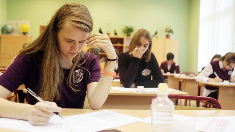 Ученица 11 класса Александра Забелла во время пробного Единого Государственного экзамена по китайскому языку в школе №1517. Анна Иванцова,