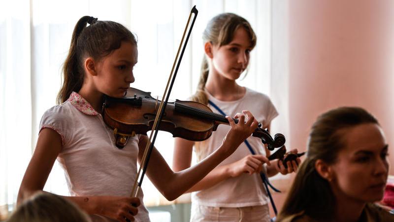 Дети играют во время занятия на народных инструментах. На фото Шинова Варвара и Киримова Юля. Ирина Хлебникова, «Вечерняя Москва»