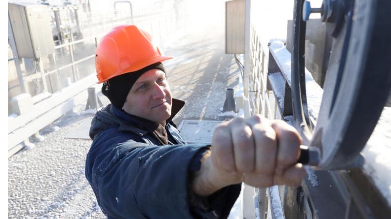 Слесарь Мищенко Андрей производит работы в цехе биологической очистки воды. Гавриил Григоров, «Вечерняя Москва»