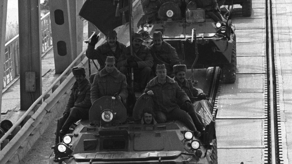 15 февраля 1989 года. Вывод cоветских войск из Афганистана. Мост в окрестностях Термеза (город в Узбекистане). Во время афганской кампании Термез являлся важной военной базой, там был построен военный аэродром, мост через Амударью («Мост Дружбы»). Виктор Хабаров