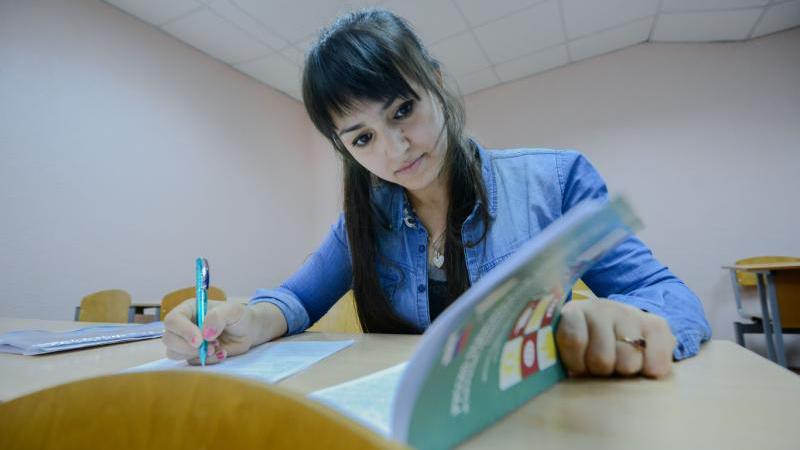 В старших классах большинство учеников уже не столько получает знания, сколько готовится к ЕГЭ. Наталья Феоктистова, «Вечерняя Москва»