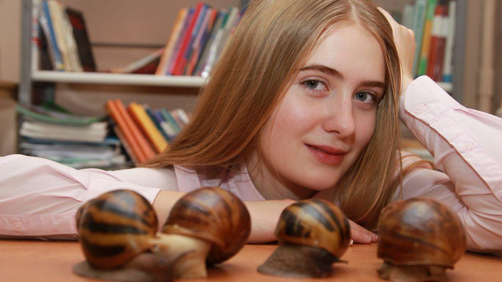 Школьница Ульяна Власова разводит улиток с пяти лет. Детское увлечение превратилось в научное исследование, а друзья-моллюски — в объект изучения. Наталия Нечаева, «Вечерняя Москва»
