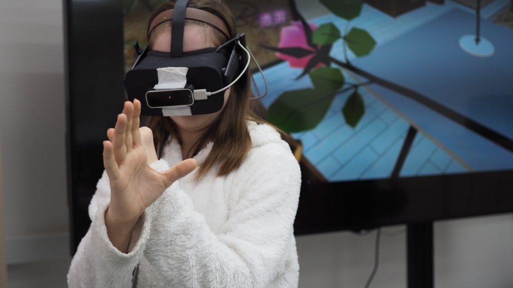 Вероника Будникова кладет кирпичную стену в виртуальной реальности. Элина Масимова,