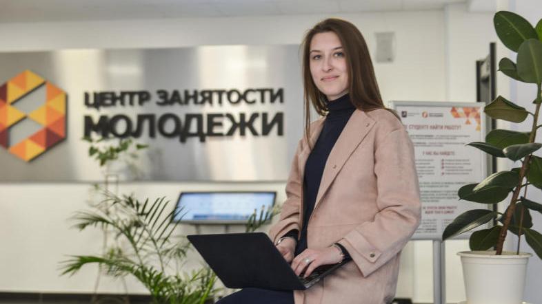 Сотрудница Центра занятости молодежи Анастасия Ненилина встречает соискателей. Наталья Феоктистова,