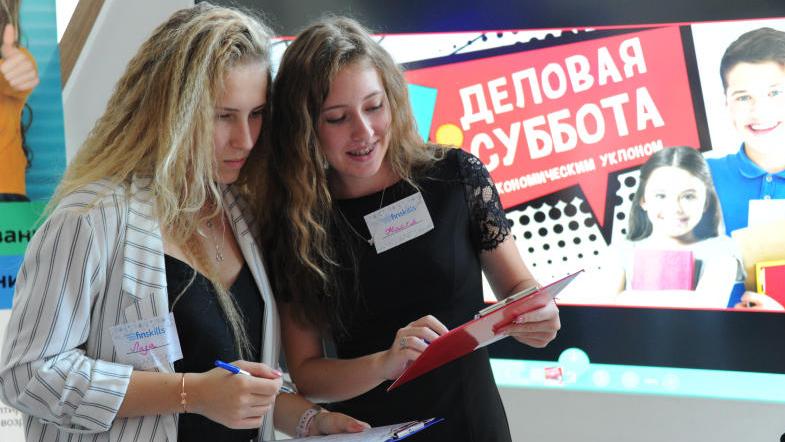 Ученицы 11 класса школы № 1207 Елизавета Иванова(слева) и Анастасия Каверина. Светлана Колоскова, «Вечерняя Москва»