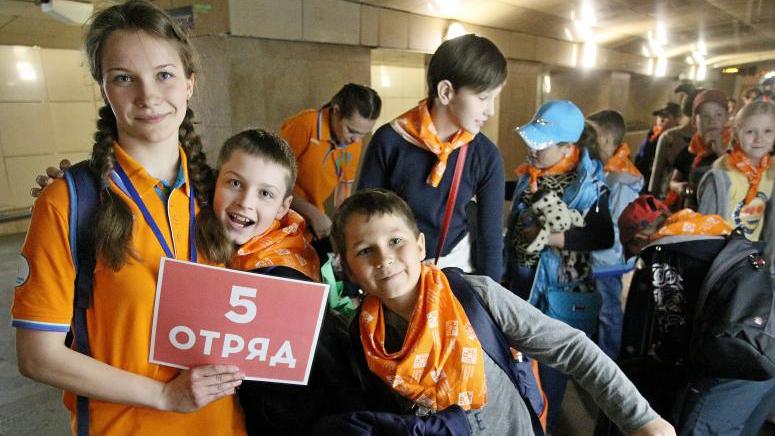 Столичные школьники отправляются в детский оздоровительный лагерь с Курского вокзала. Антон Гердо, «Вечерняя Москва»