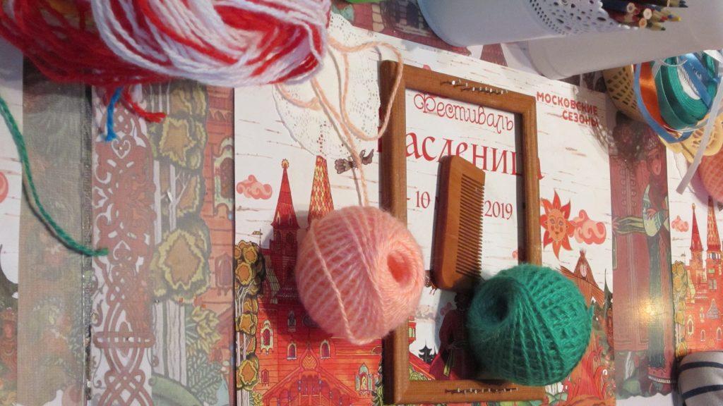 Деревянная рамка с гвоздями, расческа, яркие нитки — все, что понадобится дома для ткачества. Полина Муслимова, «Вечерняя Москва»