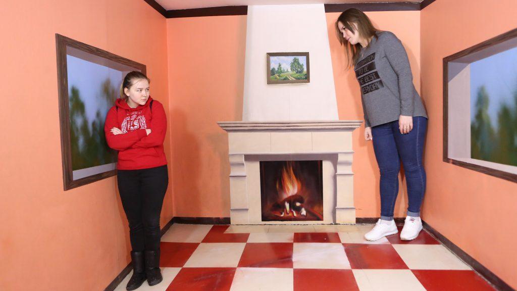 Анастасия Хохлова (справа) в специальной комнате стала почти в два раза выше своей сестры Юлии Гребеневой. Алексей Орло, «Вечерняя Москва»