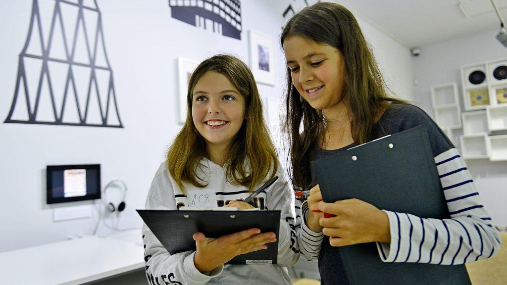 Школьницам Асе Гросицкой и Варе Матросовой (слева направо) очень нравится посещать разные музеи, они даже прошли курсы экскурсоводов. Наталья Феоктистова, «Вечерняя Москва»