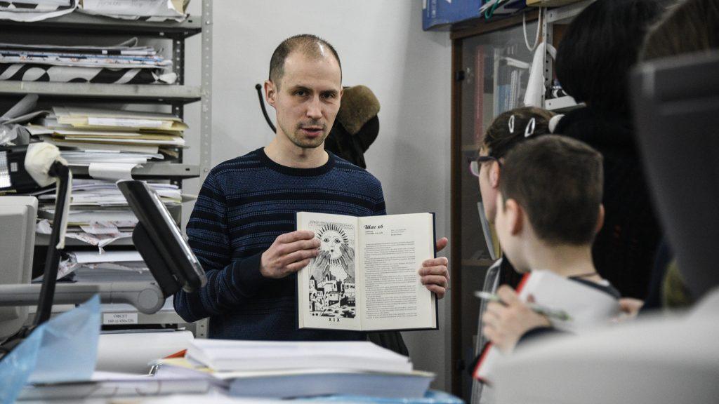 Начальник отдела продаж Евгений Прис рассказывает о процессе создания книги. Пелагия Замятина, «Вечерняя Москва»