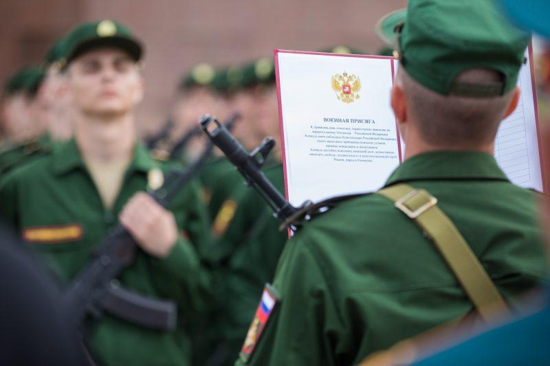 Около 500 новобранцев Семеновского полка приняли присягу у стен Музея Победы