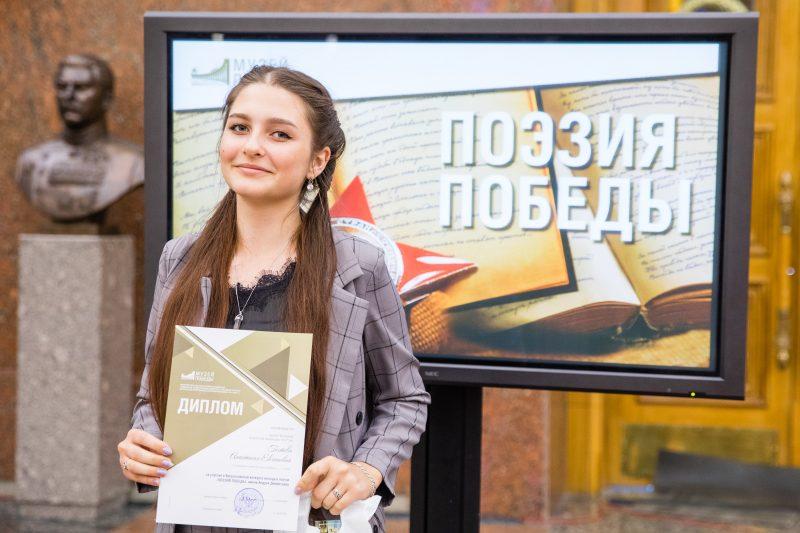 """Автор хитов """"Любэ"""" наградил за лучшие стихи о войне"""