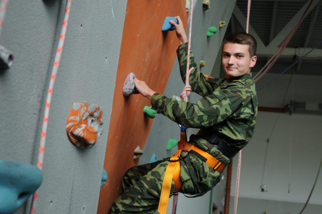 Десятиклассник Антон Маркин готовится к своему следующему походу, отрабатывая навыки владения альпинистским снаряжением на скалодроме. Светлана Колоскова, «Вечерняя Москва»