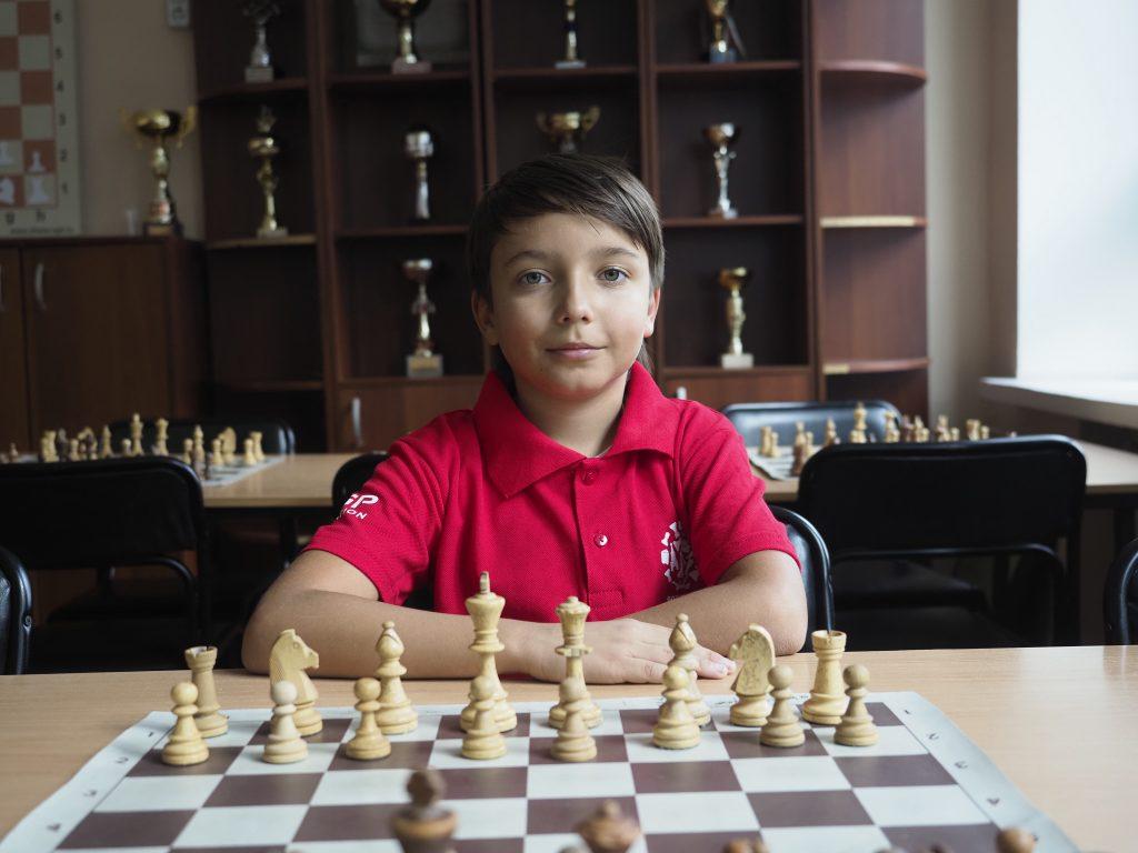 Юный чемпион Савва Ветохин мечтает победить во взрослом мировом первенстве и вернуть шахматную корону в Россию. Антон Гердо, «Вечерняя Москва»